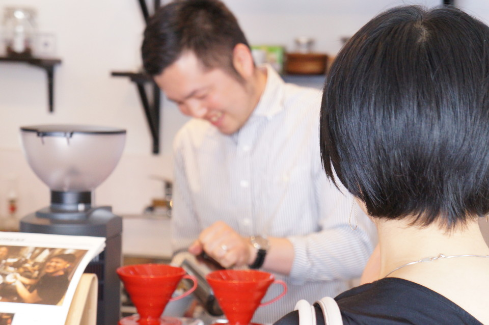 aoyagi-serving-coffee